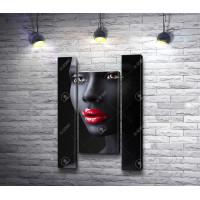 Темнокожая девушка с красными губами