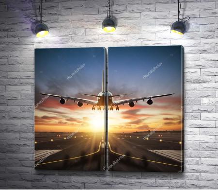 Самолет заходит на посадку на фоне заката