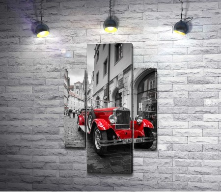 Яркий ретро-автомобиль на фоне города