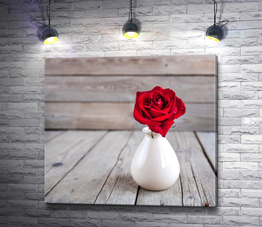 """Картина """"Красная роза в белой вазе на деревянном столе """""""