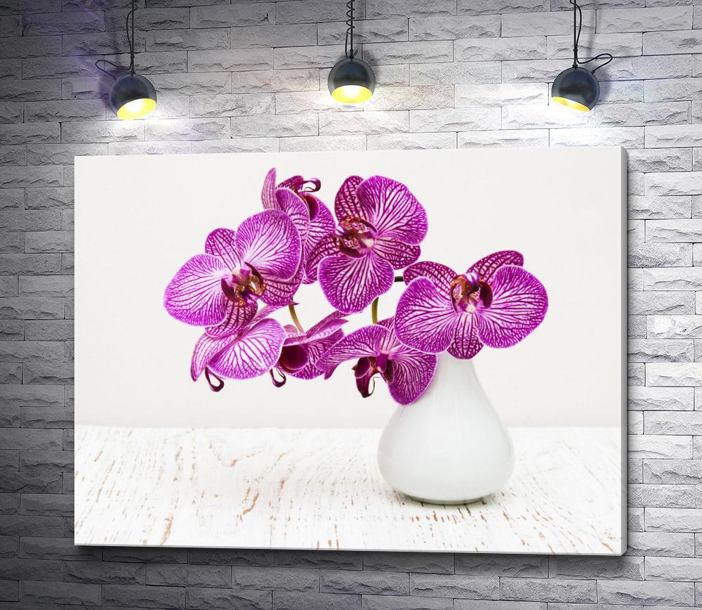 """Картина """"Пурпурные орхидеи в белой вазе"""""""