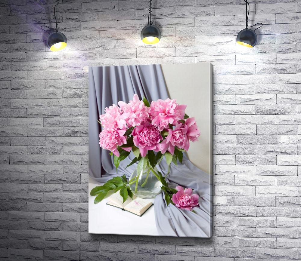 """Картина """"Розовые пионы в вазе на фоне дымчатой портьеры"""""""
