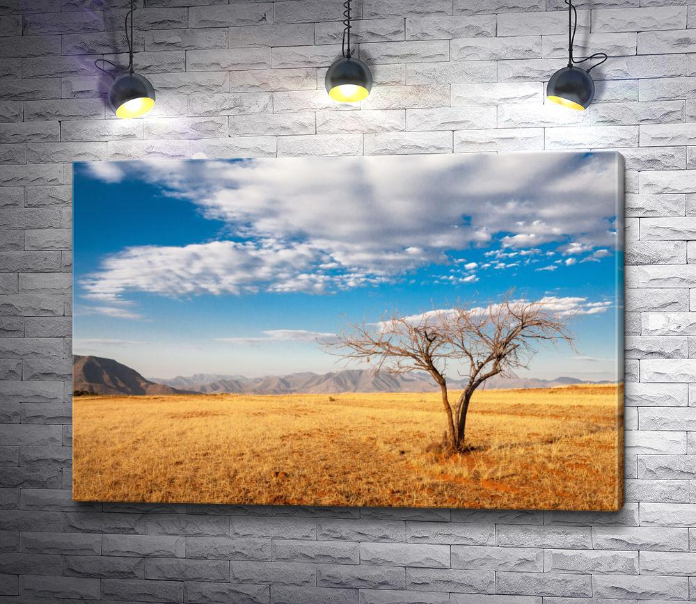 """Картина """"Дерево среди выгоревшей травы на фоне облаков"""""""