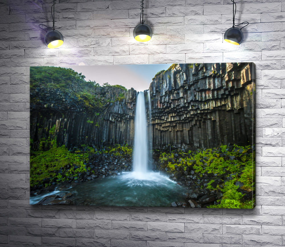 """Картина """"Водопад в живописных горах"""""""