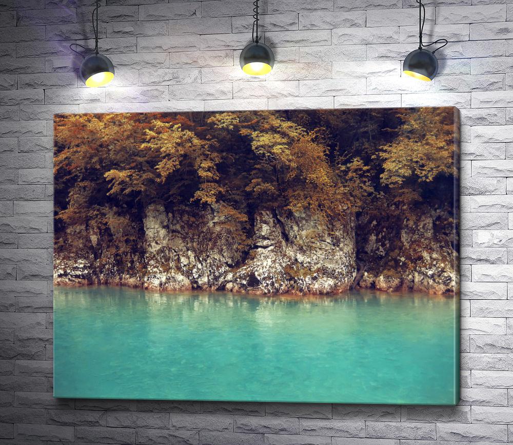 """Картина """"Осенняя листва над скалистым берегом реки"""""""