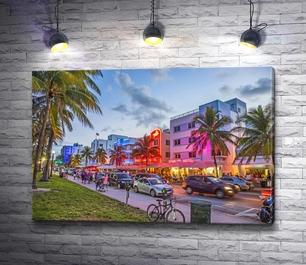 """Картина """"Люди прогуливаются по улицам Корал Гейблс, Флорида"""""""