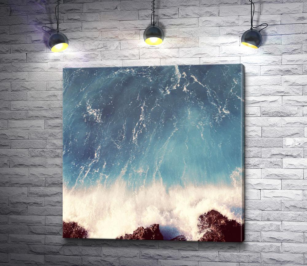 """Картина """"Бурлящая волна разбивается о камни"""""""