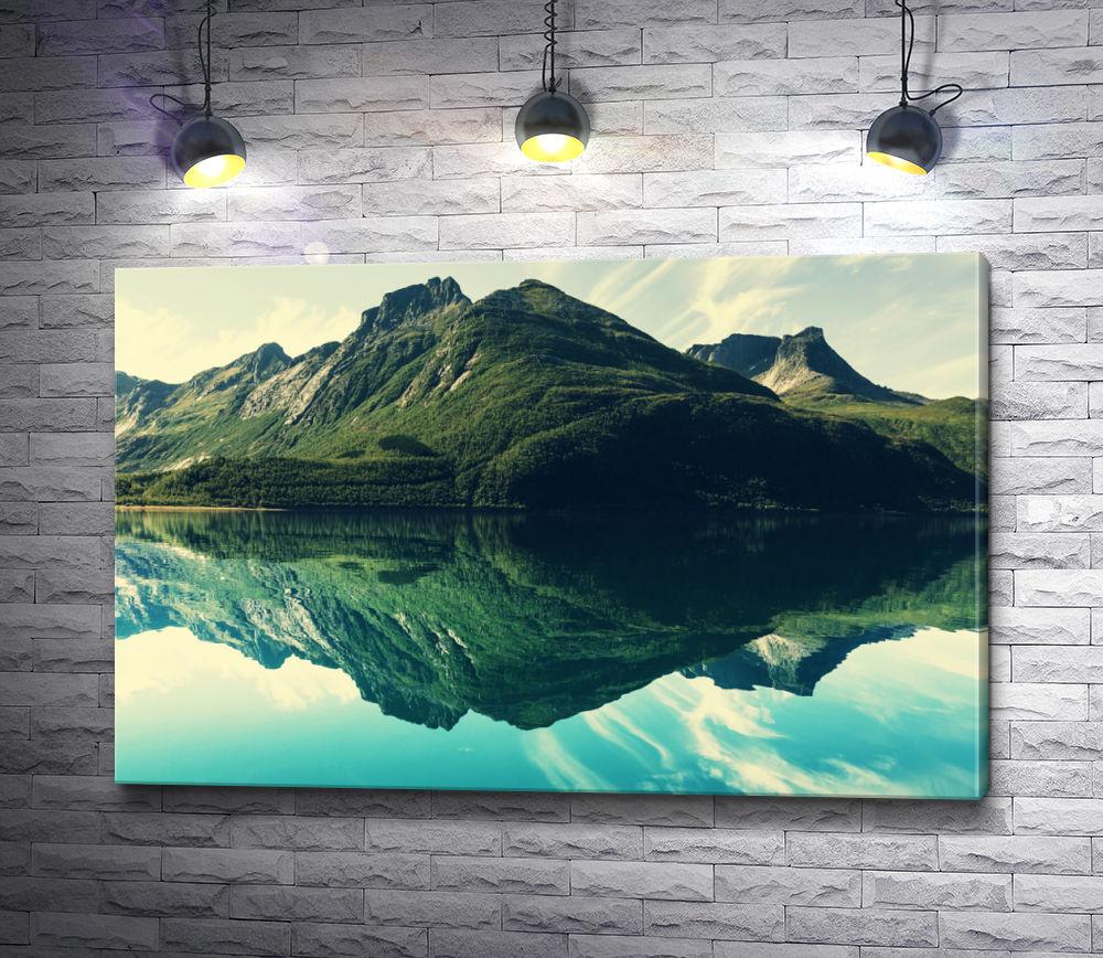 """Картина """"Отражение живописной горы в воде"""""""