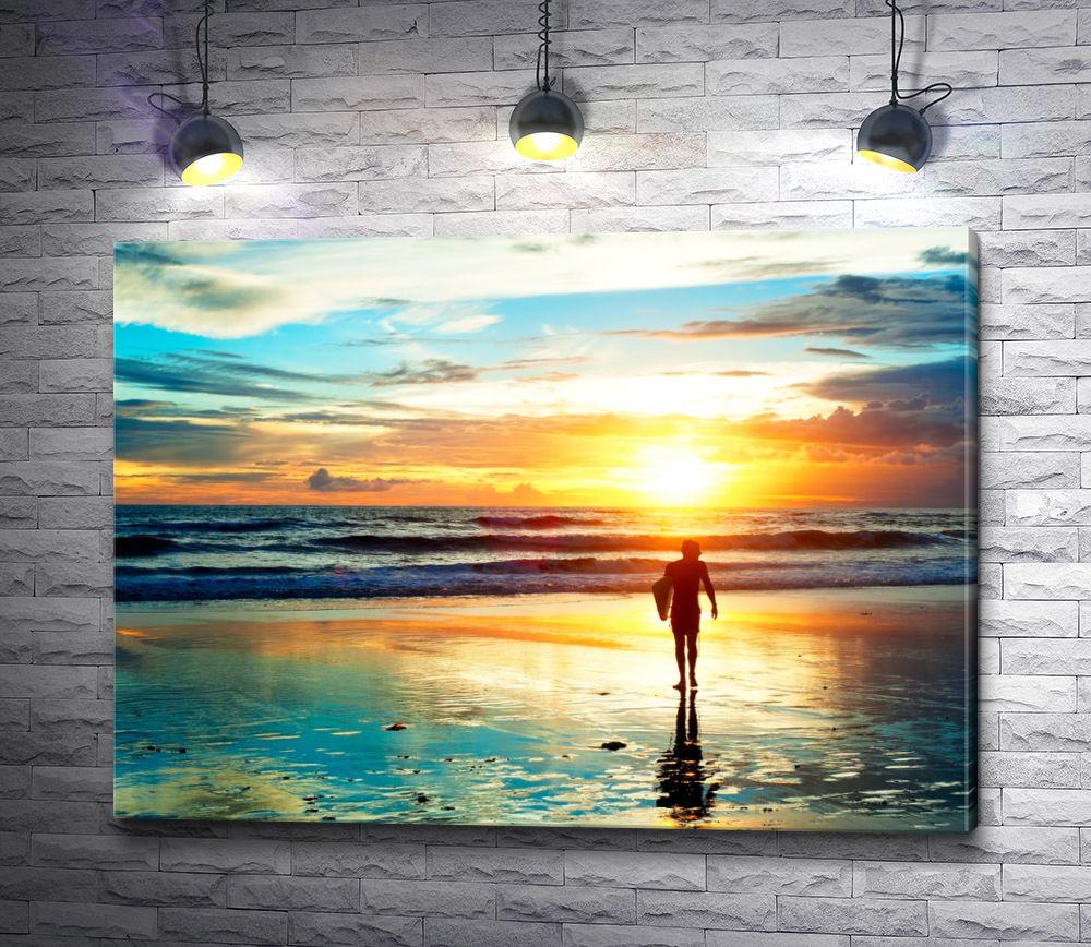 """Картина """"Прогулка серфера по пляжу в свете заката"""""""