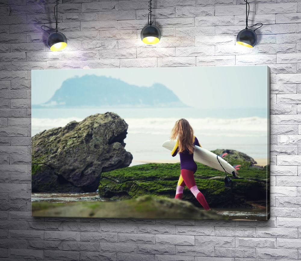 """Картина """"Девушка-серфер идет по пляжу к океану с доской"""""""