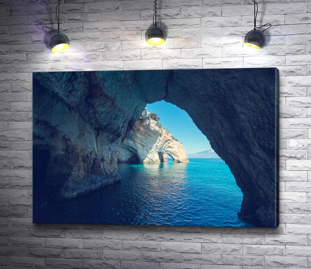 """Картина """"Вид на море из каменного грота"""""""