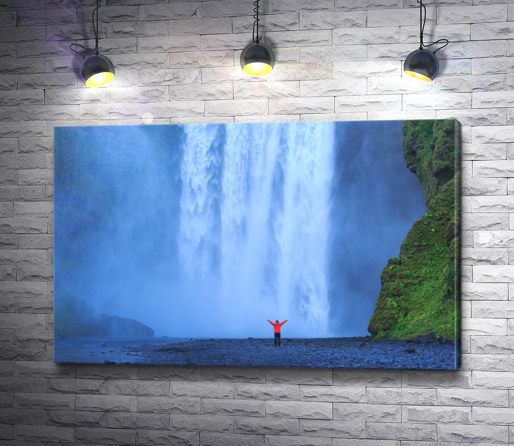 """Картина """"Человек у мощного водопада"""""""