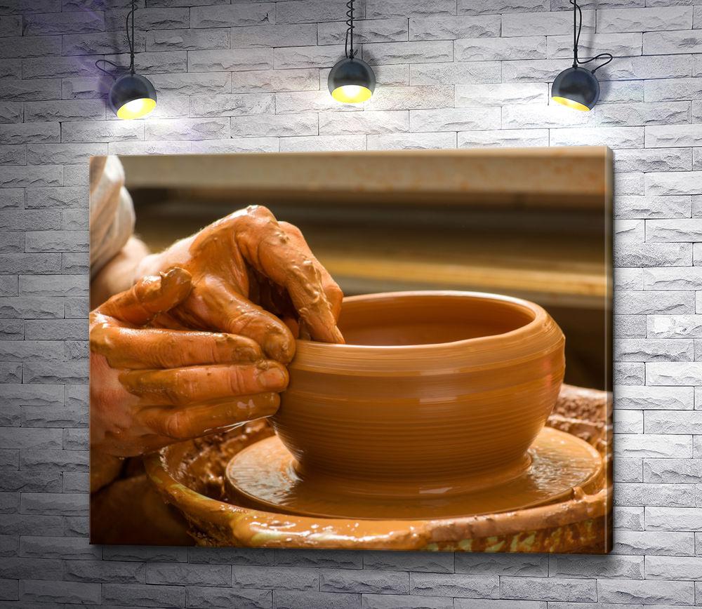 "Картина ""Руки гончара, создающие глиняную тарелку """